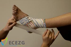 1. Let op de startlengte, meet die af zodat de tape niet gaat 'starten' op de tenen. Start dan vanaf distaal en ga naar proximaal. Eindig op het proximale anker.