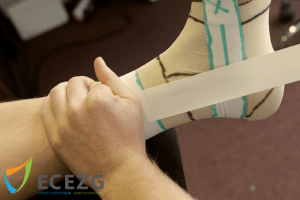 2. Houd de tape in zijn gehele breedte vast en druk stevig vast, zodat je met je andere hand de tape strak kan houden. Dit voorkomt plooien.