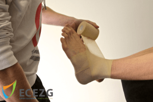 7. Bovenlangs achter om het onderbeen om daarna wederom naar de voet te gaan